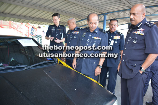 Dev (kanan) dan Stanley (dua kanan) menunjukkan kereta milik suspek yang dirampas untuk dijadikan barang kes.