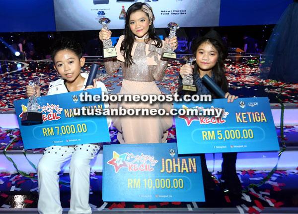 Nurul (tengah), Eiffel (kiri) dan Camaiellya (kanan) menunjukkan hadiah yang dimenangi.