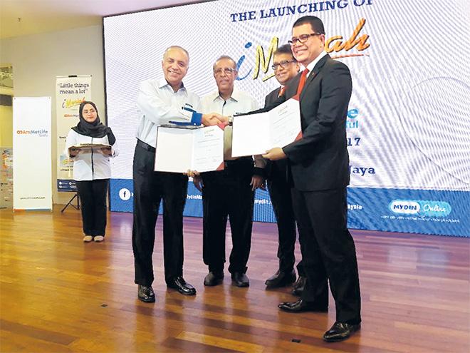 Ameer (kiri) melancarkan pelan Takaful iMeriah di MYDIN USJ, Subang Jaya, semalam.