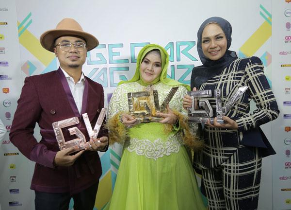 (Dari kiri) Lan Solo, Aishah dan Liza Hanim bersama trofi yang dimenangi mereka.