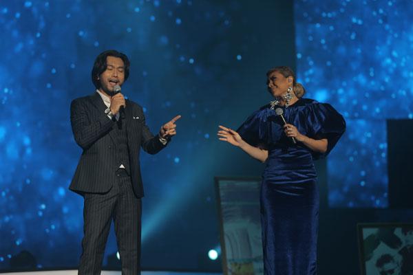 Aqasha dan Haida berduet menyanyikan sebuah lagu.