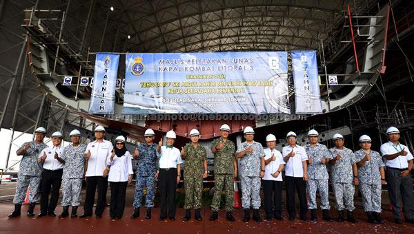 Abdul Rahim (lapan, kiri) dan Panglima Angkatan Tentera Jeneral Tan Sri Raja Mohamed Affandi Raja Mohamed Noor (sembilan, kiri) bergambar di hadapan lunas kapal selepas majlis peletakan lunas kapal Littoral Combat Ship ketiga (LCS3) Tentera Laut Diraja Malaysia (TLDM) di Pangkalan TLDM semalam. Turut bersama Panglima Tentera Laut Laksamana Tan Sri Ahmad Kamarulzaman Ahmad Badaruddin (sepuluh, kiri) dan Panglima Tentera Udara Jeneral Tan Sri Affendi Buang (enam, kiri). — Gambar Bernama