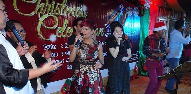 Jaclyn Victor menghiburkan para tetamu yang hadir pada sambutan Krismas di Kampung Pichin.
