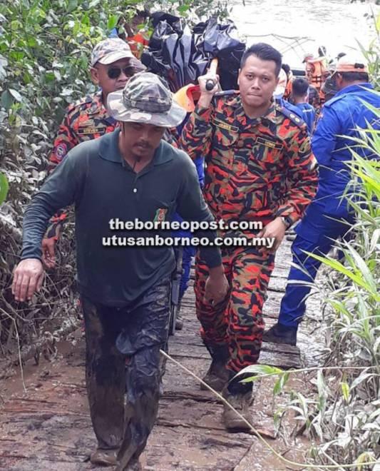 Mayat mangsa diusung naik ke darat untuk dihantar ke klinik kesihatan Debak.