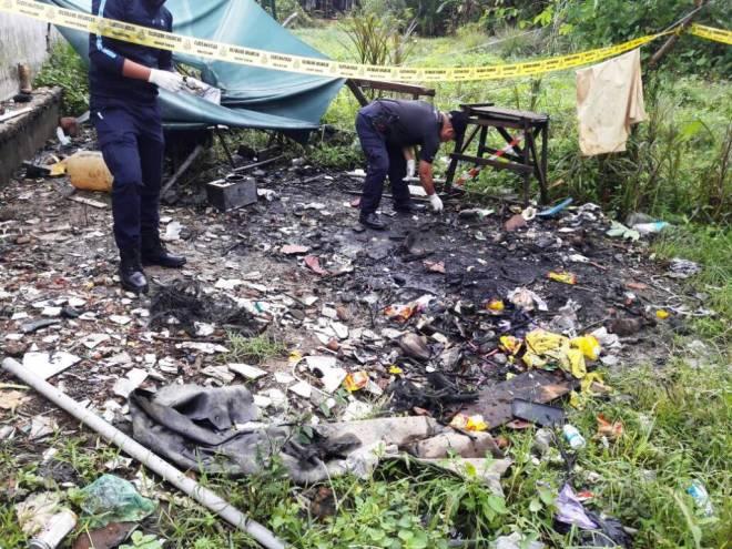 Anggota polis IPD Bintulu memeriksa tempat kejadian hari ini.