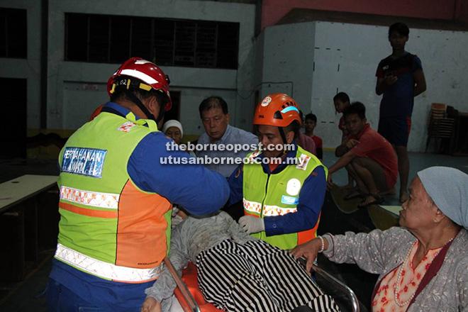 Seorang penduduk dirawat anggota APM setelah pengsan.