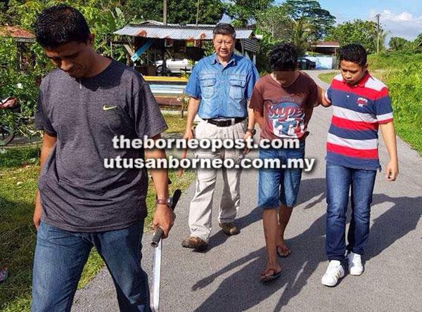 Suspek ditangkap di rumahnya kelmarin. Turut dirampas parang panjang yang digunakannya dalam insiden tersebut.