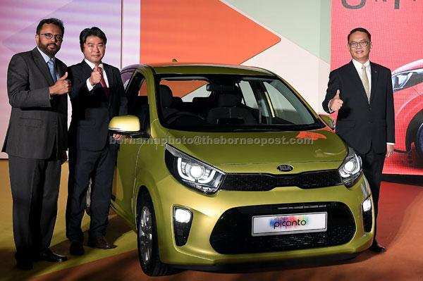 Samson (kiri), Ivan (kanan) dan Timbalan Pengurus Besar Kia Motors Corporation, H.M. Sun bergambar bersama model Kia Picanto serba baharu pada majlis pelancaran kereta itu semalam. — Gambar Bernama