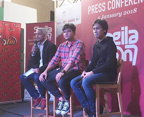 Pemain bass kumpulan Sheila On 7, Adam (tengah), Produser Eksekutif Shira Sdn Bhd, Shirazdeen Karim (kiri) dan juga pemain gitar Sheila On 7 Eros (kanan) semasa sidang media di Kuala Lumpur baru-baru ini.