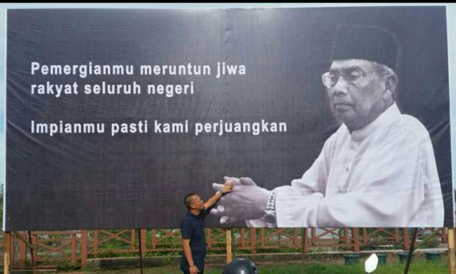 Abdullah bersama poster Pilihan Raya Kecil Tanjong Datu pada Mac 2017 yang diadakan susulan kematian Tok Nan.