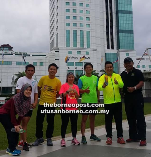 Zamri (dua kanan) bersama ahli-ahli Underground Runners Sibu di hadapan Wisma Sanyan yang akan menjadi lokasi Sibu Tower Run 2018.