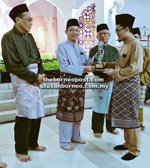 Fadillah menyampaikan hadiah kepada para pemenang Tilawah Al-Quran Peringkat Daerah dan Bahagian Kuching di Masjid Al-Abyad, Kuching.