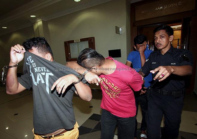 Anggota polis membawa Mohd Kamaruzzaman, Muhd Azrul dan Mohd Badrul untuk dihadapkan ke Mahkamah Sesyen dan Majistret Kuantan semalam atas tuduhan merogol dan melakukan pemerasan serta menyamar sebagai pegawai Jabatan Agama Islam Pahang untuk meminta wang sebanyak RM200 terhadap seorang pembantu kedai pada akhir Disember lalu. — Gambar Bernama