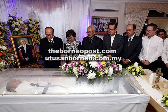 Uggah (kiba), bini Uggah, Datin Amar Doreen Mayang (dua kiba), ex-Kepala Menteri Datuk Patinggi Alfred Jabu (tiga kiba), enggau sekeda pemesai bukai meri basa sida iya ngagai niang.