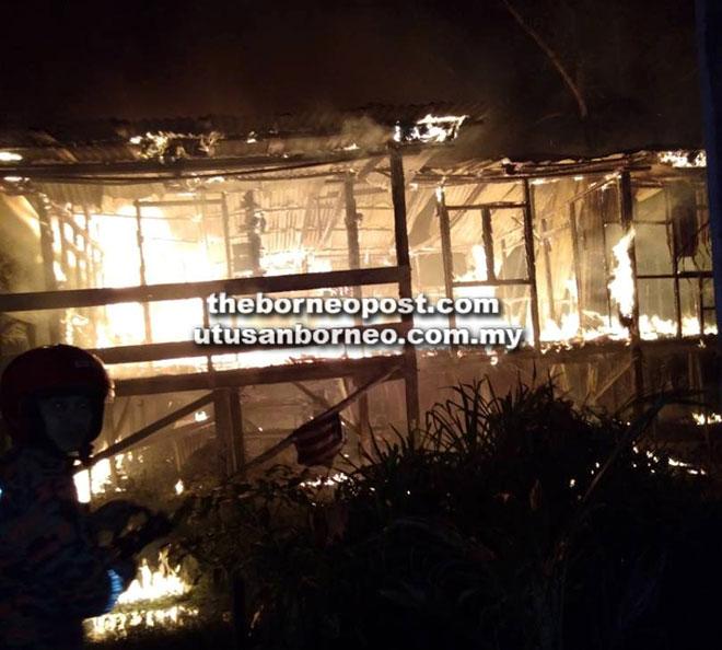 Keadaan rumah mangsa yang terbakar.