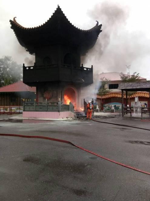 Keadaan sebuah menara ibadat yang terbakar.