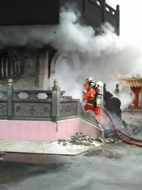 Anggota bomba berusaha mengawal dan memadamkan kebakaran.