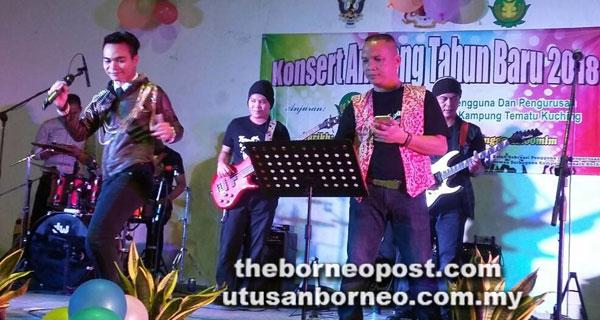 Dino menghiburkan pada penonton dengan lagu-lagu  hitsnya diiringi Band Power Strings.