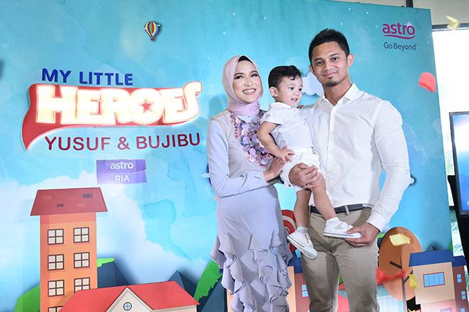 Yusuf bersama kedua-dua ibu bapanya Hanis Zalikha dan Hairul Azreen semasa sidang media di Kuala Lumpur kelmarin.