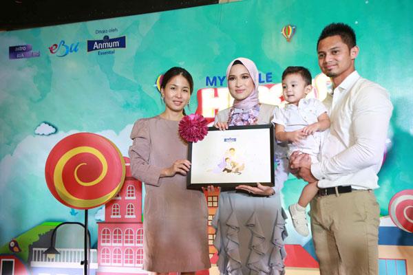 Pengurus Pemasaran Fonterra Brands Malaysia, Irene Cheah (kiri) bersama Duta Anmum Essential Hanis Zalikha dan keluarga.