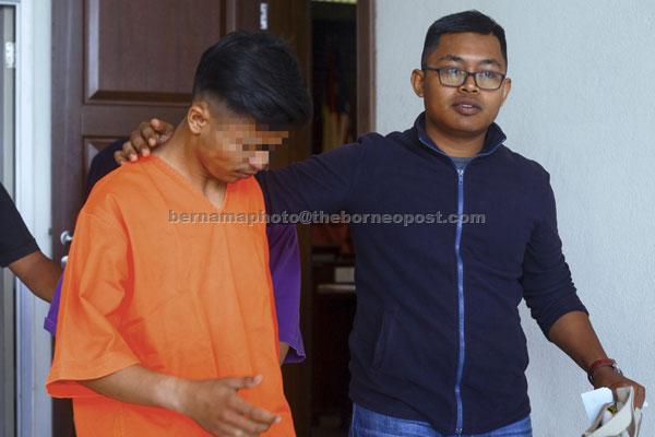 Suspek utama kes samun dan bunuh Mahusin direman tujuh hari sehingga Selasa depan bagi membantu siasatan di Mahkamah Seremban Seremban semalam. — Gambar Bernama