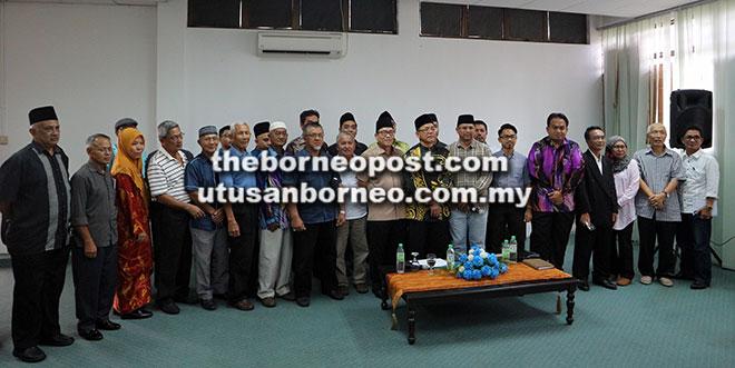 Sanib (lapan kanan) dan Syed Hossin (tujuh kanan) beraksi dengan wakil-wakil persatuan-persatuan Melayu yang lain selepas sidang media di Kuching, semalam.