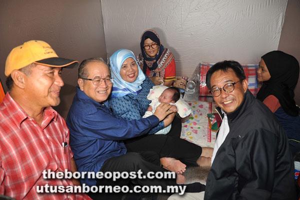 Uggah bersama Menteri Pelancongan, Kesenian, Kebudayaan, Belia dan Sukan Datuk Abdul Karim Rahman Hamzah (kanan, hadapan) dan Ahli Parlimen Kota Samarahan Rubiah Wang (memangku bayi) merakamkan kenangan bersama Intan (belakang Rubiah) di PPS Kompleks Sukan Asajaya semalam.