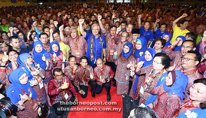 Najib bersama Abang Johari, Uggah, Awang Tengah, Masing dan Presiden SUPP Datuk Dr Sim Kui Hian serta pemimpin lain pada majlis perasmian Perhimpunan Agung PBB di Kuching, semalam.