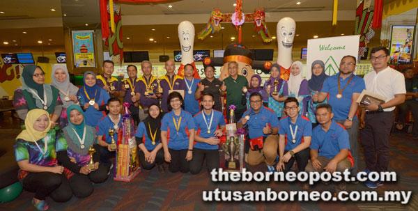 Pemenang pertandingan Piala Tenpin Boling Antara Agensi Pelita 2018 di Kuching Sabtu lalu.