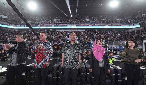 Menteri Komunikasi dan Multimedia Datuk Seri Dr Salleh Said Keruak (tiga, kanan) bersama Pengerusi Media Prima Bhd Tan Sri Ismee Ismail (dua, kiri) ketika hadir pada Anugerah Juara Lagu 2018 (AJL32) di Arena Axiata Bukit Jalil malam kelmarin. — Gambar Bernama