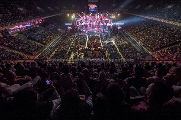 Orang ramai membanjiri stadium bagi menyaksikan pentas akhir AJL32 pada Anugerah Juara Lagu 2018 (AJL32) di Arena Axiata Bukit Jalil malam kelmarin. Anugerah Juara Lagu Ke-32 mempertandingkan 12 lagu di pentas akhir. — Gambar Bernama