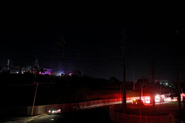 Ambulans dan kenderaan polis memasuki stesen jana kuasa elektrik selepas letupan dan kebakaran dilaporkan punca gangguan bekalan di beberapa bahagian di San Juan, kelmarin. — Gambar AFP