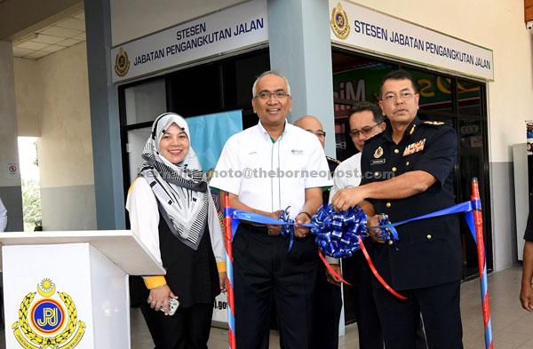 Shaharuddin (kanan) bersama Azman ketika melancarkan Stesen JPJ di Kawasan Rehat Dan Rawat (R&R) Dengkil (Arah Selatan) di Dengkil semalam. — Gambar Bernama