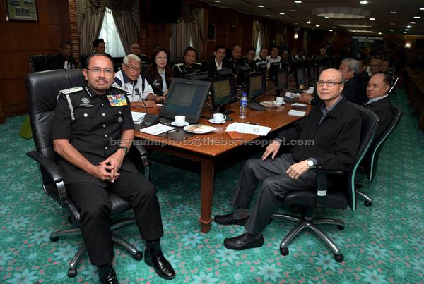 Mustafar (kiri) mempengerusikan mesyuarat bersama Lee (kanan) pada Program Libat Urus Jabatan Imigresen dan MCPF di Ibu Pejabat Jabatan Imigresen semalam. — Gambar Bernama