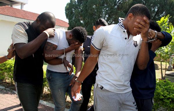 Ekene (dua kiri) dan Arinze (dua kanan) dihadapkan di Mahkamah Majistret Ipoh semalam atas dua pertuduhan menipu dan memperdaya seorang wanita melibatkan wang lebih RM16,000 pada Januari lepas. — Gambar Bernama