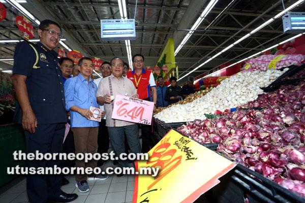 Henry Sum (tiga kiri), Naroden (dua kiri) bersama yang lain memeriksa harga barangan terkawal yang dijual di Pasar Raya Besar Giant di Tabuan Jaya semalam sempena pelaksanaan Skim Kawalan Harga TBC 2018. Gambar Muhammad Rais Sanusi
