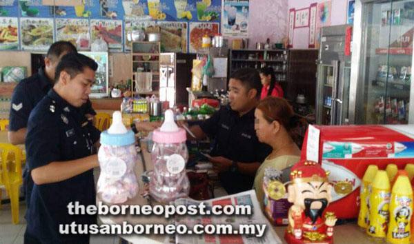 Polis ketika menjalankan operasi judi di Sarawak sepanjang minggu lalu.