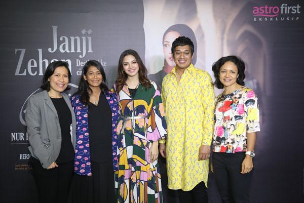 Fazura (tengah) dan barisan produksi Janji Zehan bergambar bersama Sharmin Parameswaran, Ketua Astro First dan Astro Best) semasa sidang media baru-baru ini.