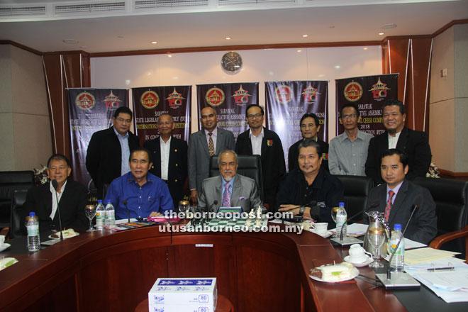 Mohd Asfia (duduk tengah) bersama (dari kiri) Sebastian, Len, Idris (dua kanan), jawatankuasa penganjur dan yang lain pada sidang media semalam.