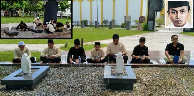 SEBAHAGIAN pelajar Sekolah Menengah Agama Sibu hari ini menziarahi kubur Rosli Dhoby dan tiga lagi rakannya yang dihukum mati. Kubur tersebut terletak di pekarangan Masjid An-Nur Sibu.