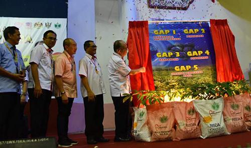 Uggah melakukan gimik pelancaran Konvensyen GAP RISDA di Betong, semalam.