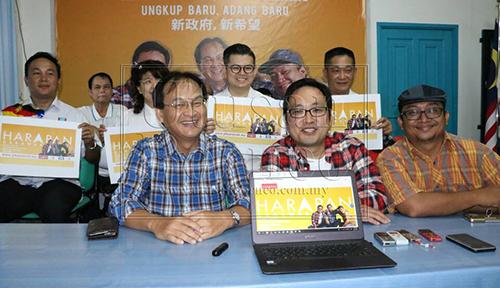 Chong ditemani Baru dan Fidzuan serta rakan Pakatan Harapan Sarawak memperkenalkan wajah baharu poster mereka.