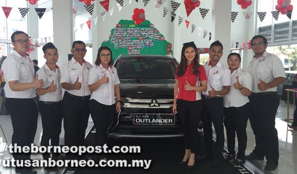Jimisar Autotrade Sdn Bhd yang diketuai oleh pengurus jualan John Lau (kiri) merakam kenangan bersama Leona (empat kanan) pada acara Mitsubishi Ultimate Drive di Sibu.