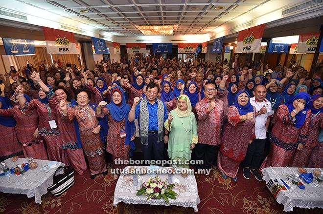 Abang Johari dan isteri Datin Patinggi Dato Juma'ani Tuanku Bujang serta pemimpin dan ahli-ahli PBB pada Majlis Perasmian '3 Dalam 1' Pergerakan Wanita PBB di Kuching, semalam.