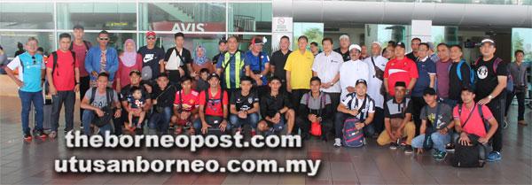 Sebastian Ting (sembilan kanan) bersama pegawai dan pemain Miri FA tiba di Lapangan Terbang Miri pagi semalam.