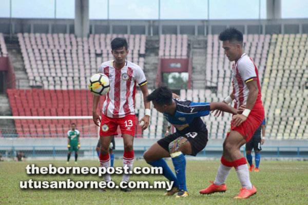 Pemain UiTM FC melepasi kawalan pertahanan Sarawak pada saingan Kumpulan B kempen Piala Presiden 2018 di Kuching semalam.