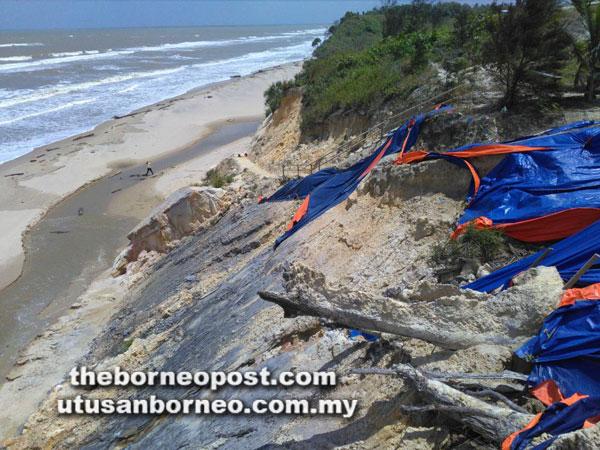 Beginilah keadaan hakisan di Pantai Tusan yang hanya ditutup dengan plastik tanpa ada sebarang tanda membaikinya.