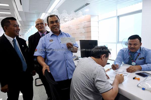 Aseh (tiga kiri) bersama Zainol (kiri) pada sesi lawatan di sekitar PERKESO Negeri Selangor semalam. — Gambar Bernama