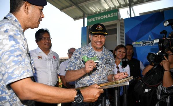 Hishammuddin (tiga kiri) merasmikan stesen minyak Petronas di Pangkalan Tentera Laut Sepanggar, Kota Kinabalu semalam. Turut memerhati Abdul Rahman (dua kiri). — Gambar Bernama