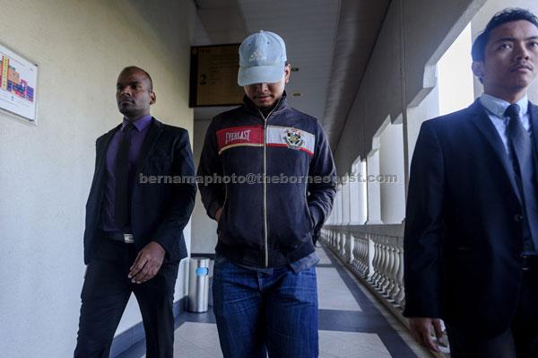 Ahmad Ashraaf (tengah) dihadapkan ke Mahkamah Sesyen semalam atas tiga pertuduhan membuat tuntutan yang mengandungi butiran palsu dalam urusan kerja-kerja cari gali melibatkan wang berjumlah hampir RM20 juta, tiga tahun lalu. — Gambar Bernama